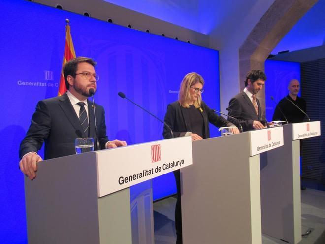 El vicepresidente de la Generalitat Pere <HIT>Aragonès</HIT>  en primer término en una rueda de prensa de ayer