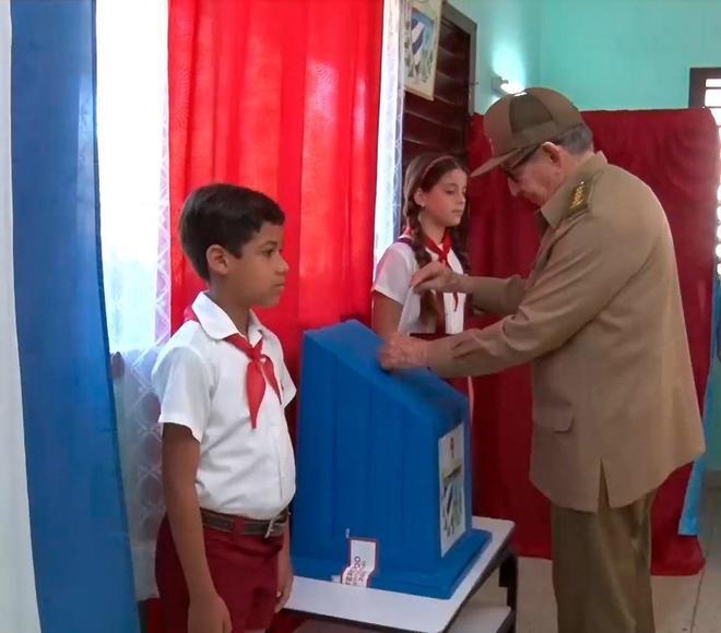 Raúl Castro votando a favor de la nueva Constitución cubana.