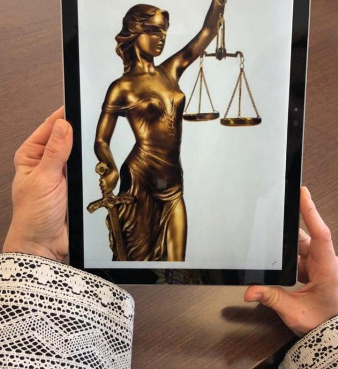 La magistrada sostiene la foto del avatar que usa en la red social.