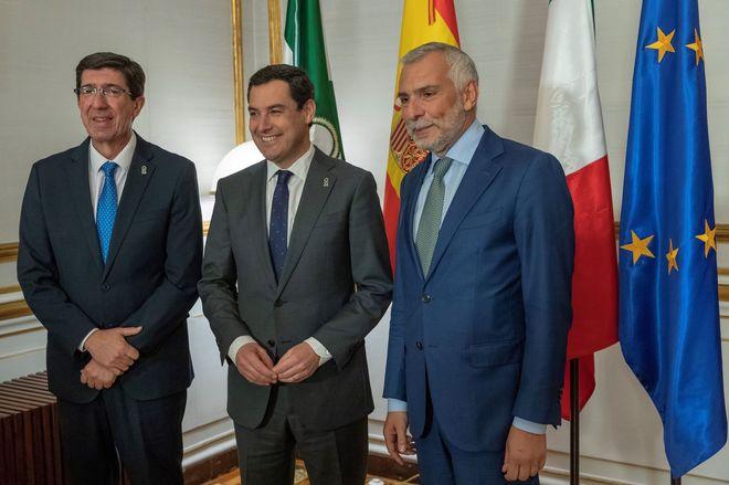 Juan Marín y Juan Manuel Moreno, este martes, junto al embajador de Italia, Stefano Sannino, con el que se entrevistaron en el Palacio de San Telmo..