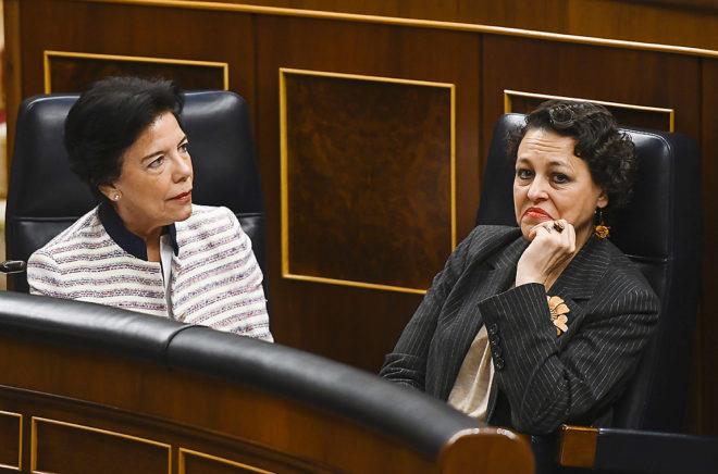 Las ministras Isabel Celaá y Magdalena Valerio, durante un pleno en el Congreso.