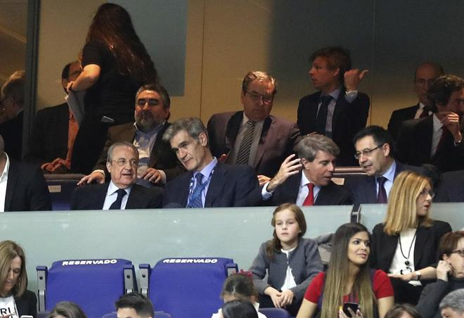 Florentino charla con Antonio Martín, mientras Bartomeu escucha a Ángel Garrido en la final de Copa.