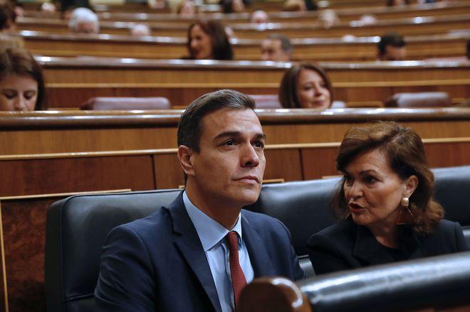 Pedro Sánchez y Carmen Calvo, al inicio del pleno del Congreso, el último de la legislatura.