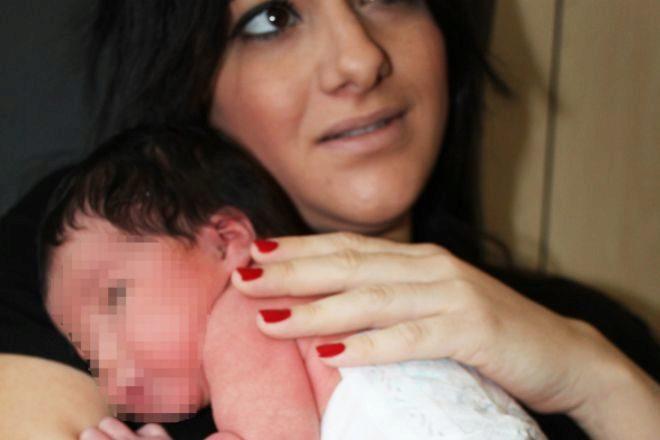 Una madre con su bebé recién nacido E.M.