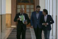 El secretario de Vox en el Parlamento andaluz, Rodrigo Alonso (izqda.) en los pasillos del Parlamento andaluz.