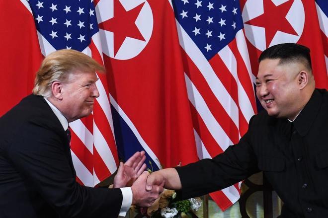 El presidente Donald Trump estrecha la mano de Kim Jong- un en Hanoi.