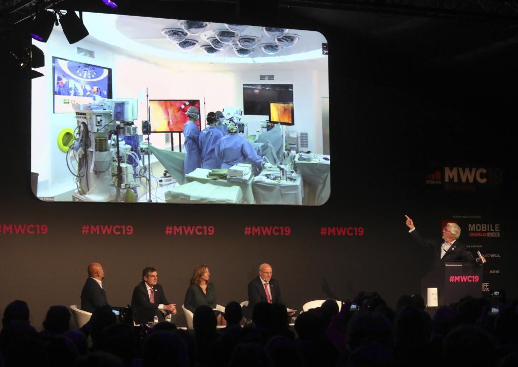 Quim Torra en la presentación en el MWC una operación con 5G, con el conseller J.Puigneró y el equipo de Clinico de Barcelona