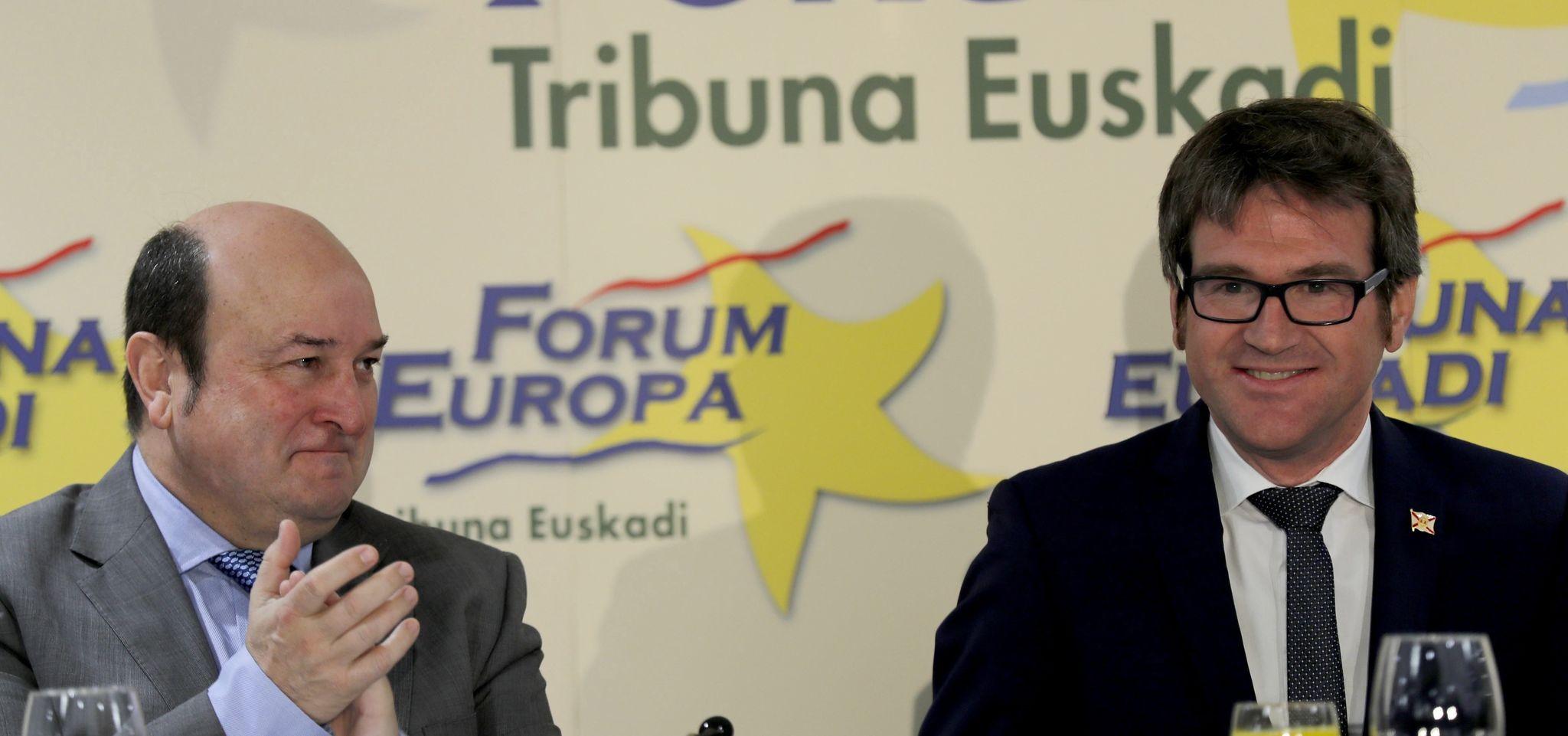 El presidente del PNV Andoni Ortuzar aplaude al alcalde de Vitoria Gorka Urtaran, en Bilbao.