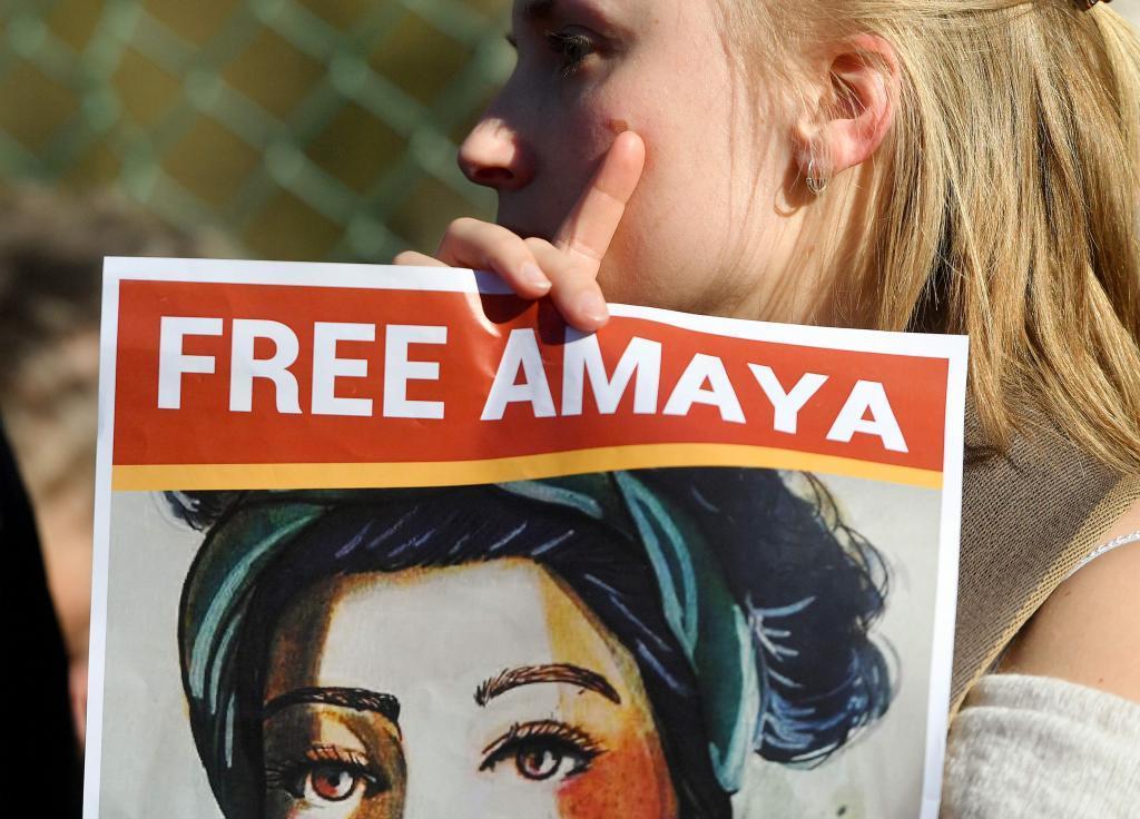Una mujer con un cartel del rostro de Amaya Coppens, estudiante belgo-nicaragüense encarcelada en Nicaragua acusada de terrorismo.