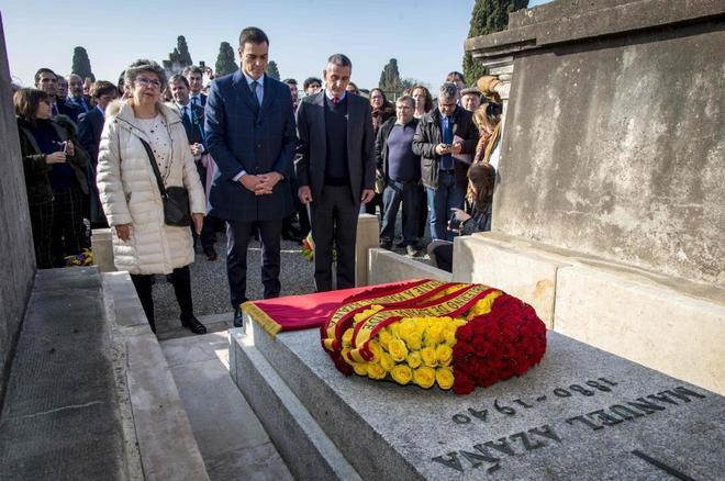 El presidente del Gobierno, frente a la tumba de Azaña en Montauban (Francia).