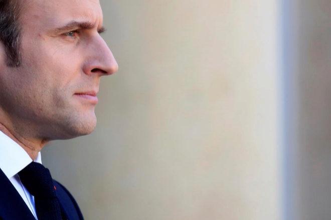 Emmanuel Macron espera en el Palacio del Elíseo para recibir a Angela Merkel.