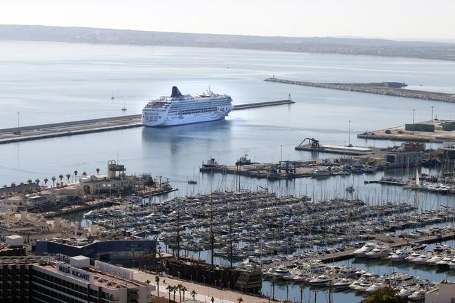 Panorámica del Puerto de Alicante, con un crucero y la zona de yates.
