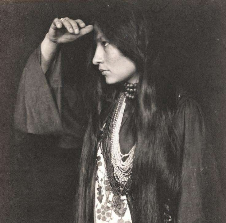 La escritora sioux Zitkala Sa retratada en 1920.