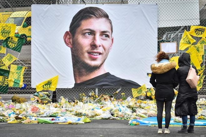 Un cartel de homenaje a Emiliano Sala.