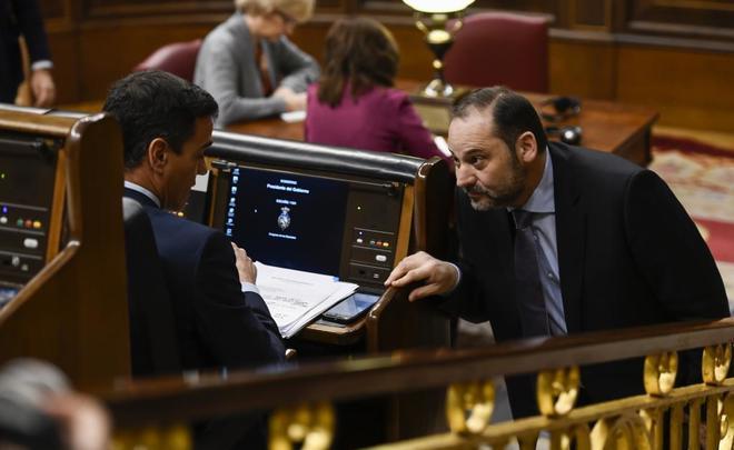 El presidente del Gobierno, Pedro Sánchez, y el ministro de Fomento, José Luis Ábalos, ayer en el Congreso.