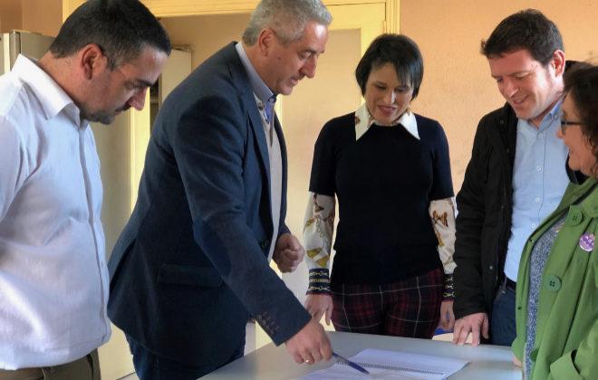 El presidente de Reciplasa, Ignasi García, explica a la alcaldesa de Almassora, Merche Galí las mejoras.