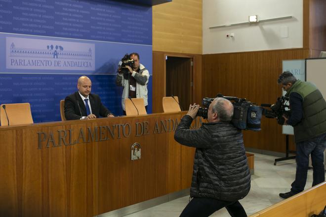 El diputado de Vox en el Parlamento, Rodrigo Alonso, durante la rueda de prensa en el Parlamento.