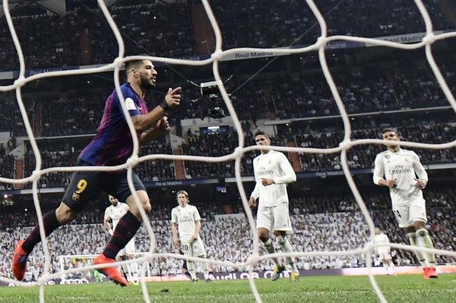 Luis Suárez celebra su gol de penalti, el 0-3 en el Bernabéu.