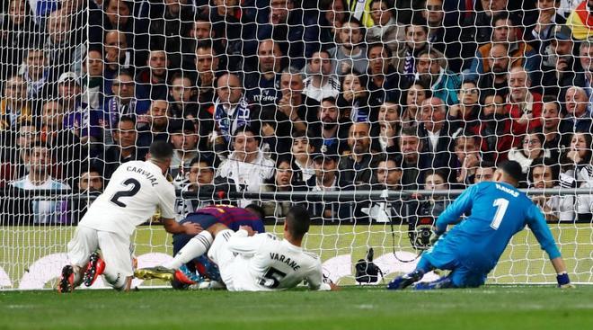Varane marca en propia meta el segundo gol del Barcelona.