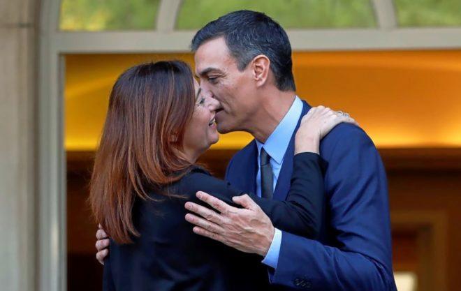 El presidente del Gobierno, Pedro Sánchez, saluda a la presidenta del Govern, Francina Armengol, durante una visita a la Moncloa.