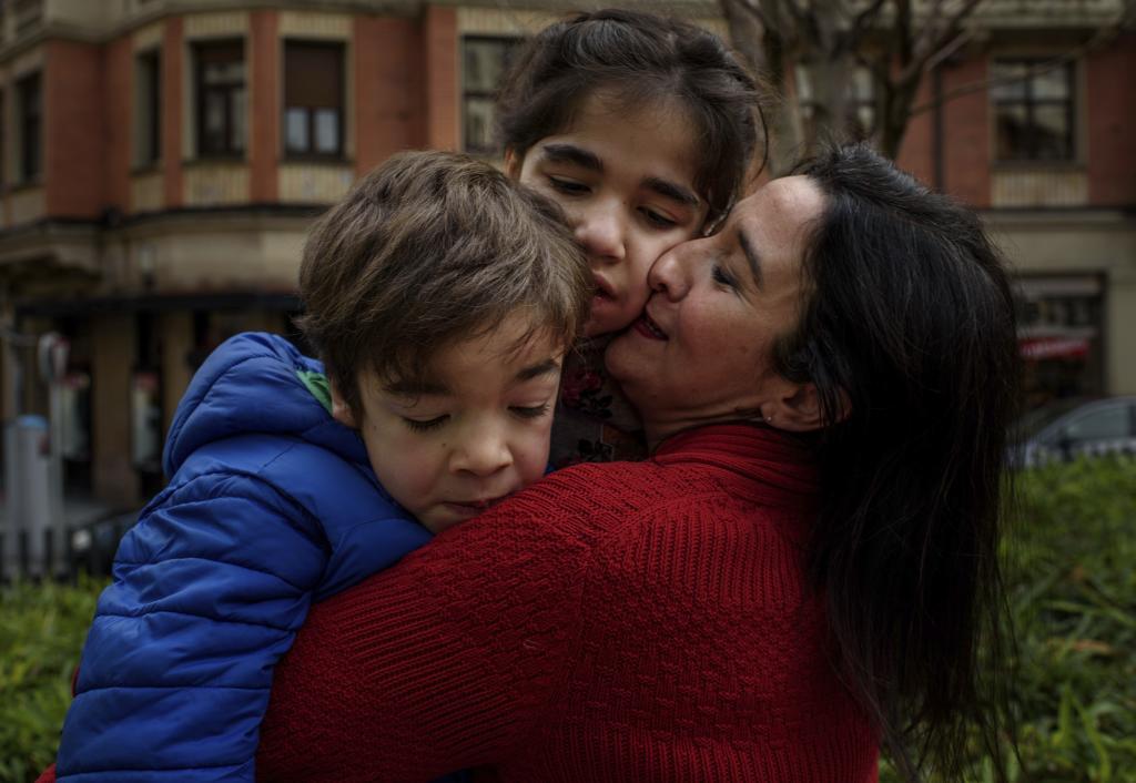 Naiara García de Andoin abraza a dos de sus hijos con síndrome de Sanfilippo, Unai e Ixone.