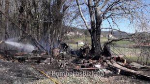 Fallece un hombre en un incendio en una zona de huertas de Derio