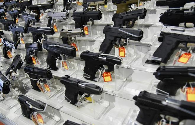 Venta de pistolas en una feria de armas en Miami (Florida).