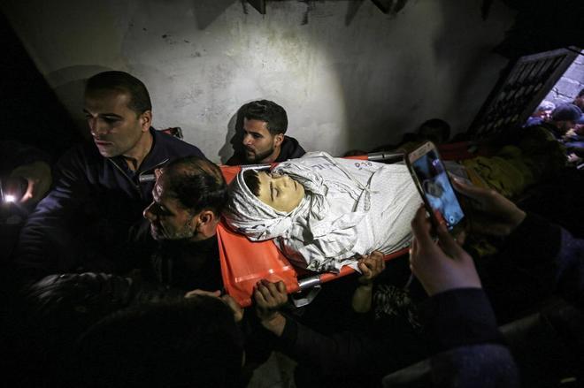 Un grupo de hombres carga con el cadáver de un joven de 15 años en Gaza, asesinado por soldados israelíes el pasado día 22 de febrero.