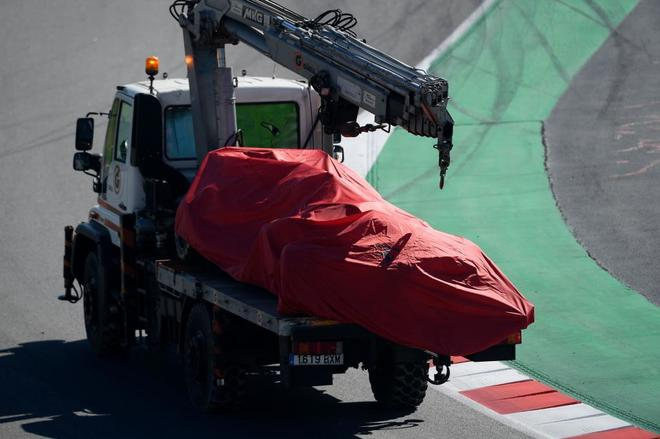 Un camión retira el Ferrari de Vettel, en Montmeló.