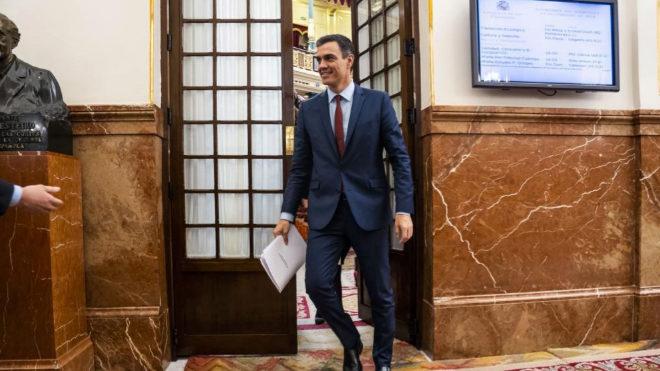 El presidente del Gobierno, Pedro Sánchez, abandona el hemiciclo tras la última sesión de control de la legislatura.