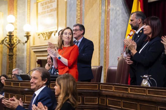 La presidenta del Congreso, Ana Pastor, y los miembros de la Mesa aplauden tras el último pleno de la legislatura.