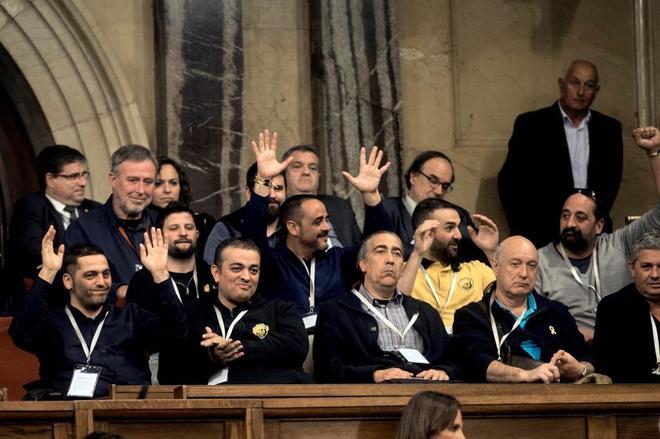 Los representantes sindicales del taxi presencian la aprobación del decreto en el Parlament.