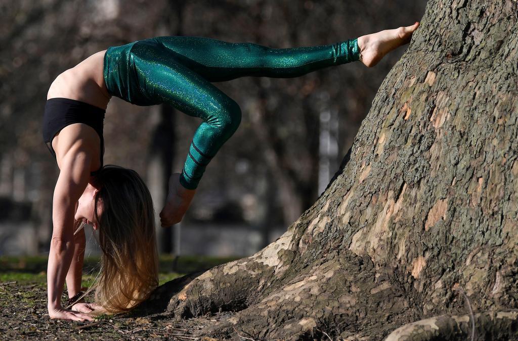 Una mujer practicando yoga en Londres.