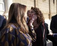 SusanaDíaz saluda a la ministra María Jesús Montero en el Parlamento andaluz.