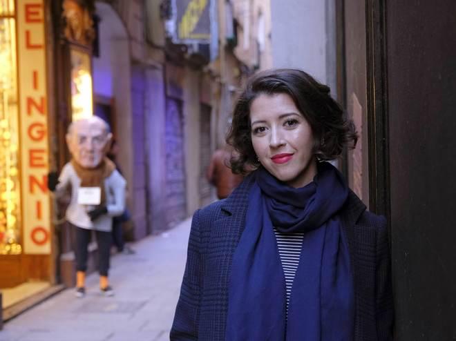 La soprano, retratada frente a un emblemático establecimiento en Barcelona.