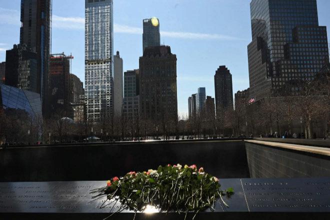 Unas flores son colocadas en el Memorial del 11-S, en Nueva York.