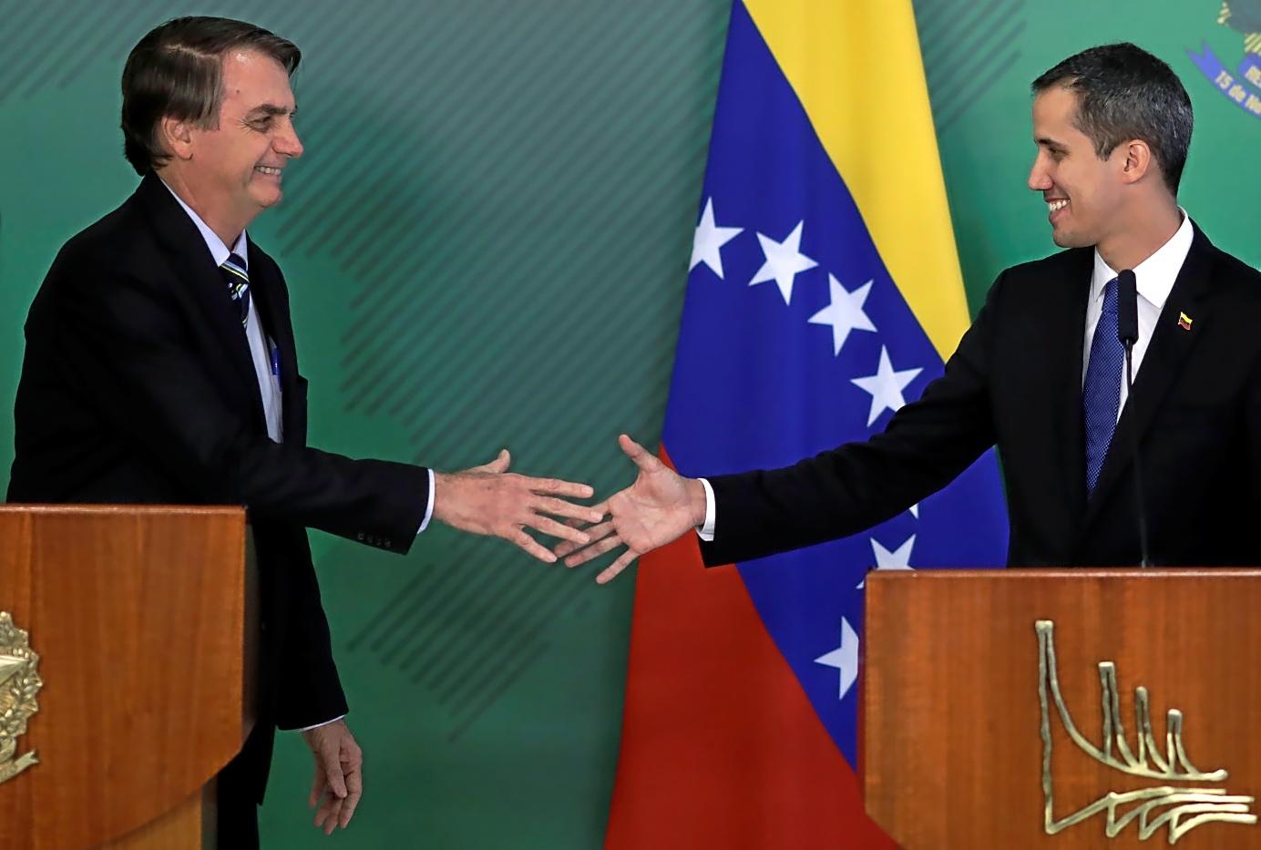 El presidente de Brasil, Jair Bolsonarao, recibe al presidente encargado de Venezuela, Juan Guaidó, este jueves en Brasilia.