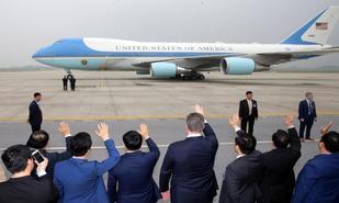 El Air Force One despega del aeropuerto de Hanoi con el presidente de EEUU, Donald Trump, a bordo.