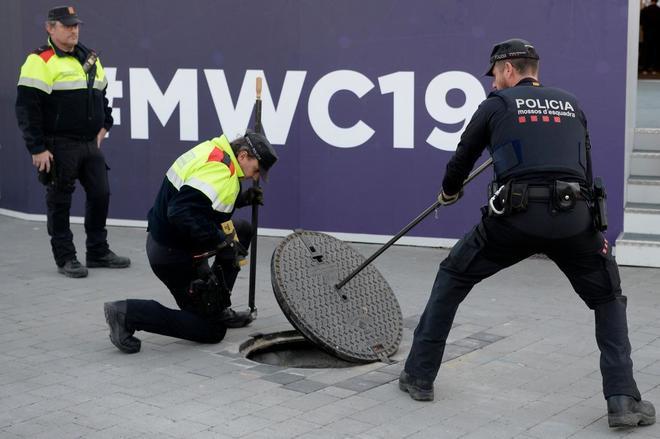 Mossos inspeccionando el alcantarillado cerca del Mobile World Congress, en Barcelona.