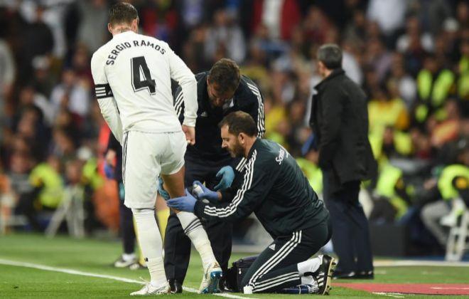 Ramos, atendido en el muslo derecho, durante el partido de Copa ante el Barça.
