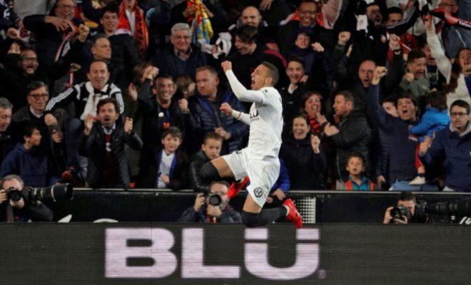 Rodrigo festeja el gol del triunfo ante el Betis en Mestalla.