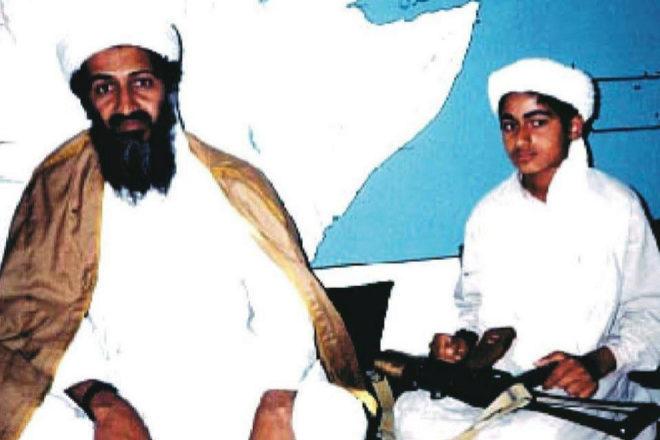 Osama Bin Laden junto a su hijo Hamza, llamado a convertirse en el líder mundial del yihadismo.