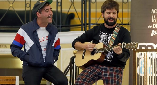 Óscar Ferrer y Vicente Illescas en la improvisada sesión con la prensa antes del concierto que realizaron en el Principal.