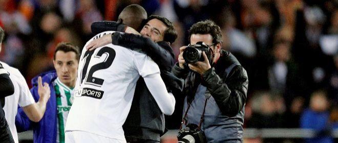 Marcelino abraza a Diakhaby para celebrar la clasificación para la final.