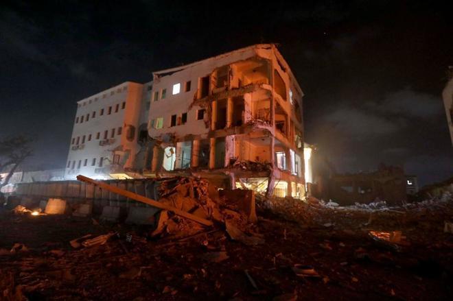 Un edificio dañado por la explosión de un coche bomba contra un...