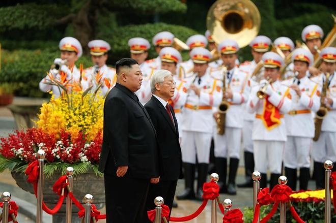 El líder norcoreano, Kim Jong-un, junto al presidente vietnamita, Nguyen Phu Trong, en Hanoi.