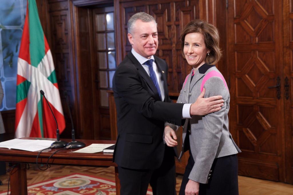 Sonia Pérez recibe la felicitación del lehendakari Urkullu tras prometer el cargo.
