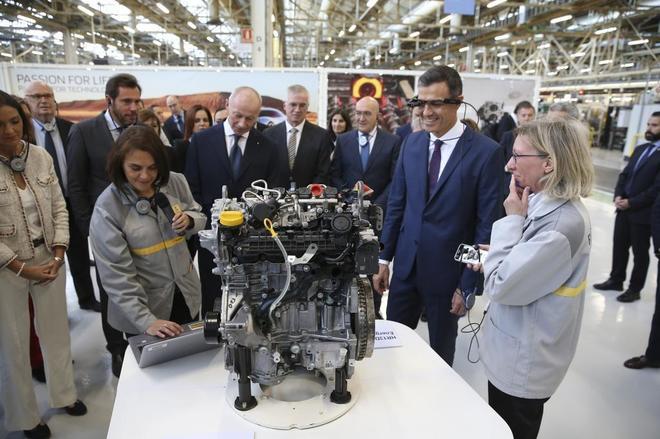 El presidente del Gobierno, Pedro Sánchez, durante la visita a la factoría de motores y las nuevas instalaciones de Renault, en Valladolid.