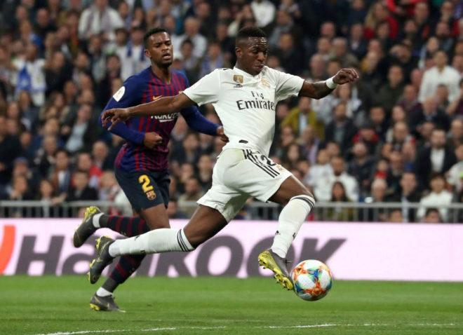 Vinicius y Semedo disputan un balón durante un Real Madrid Barcelona en el Santiago Bernabéu