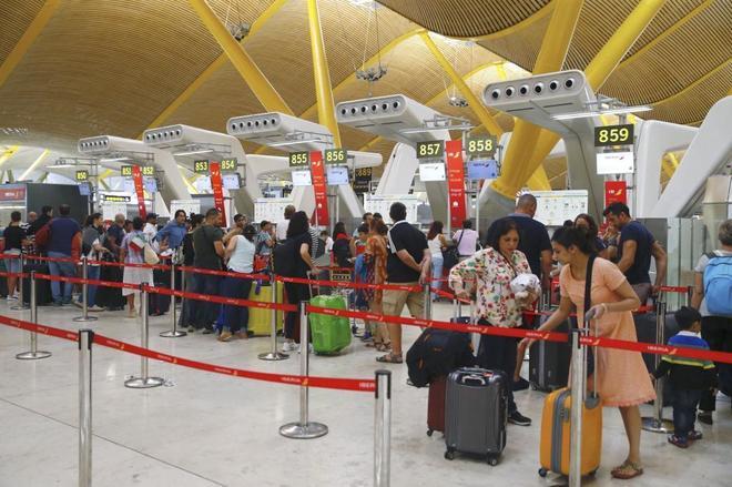 Pasejeros hacen cola en el aeropuerto Adolfo Suárez Madrid-Barajas el pasado verano.